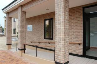 玄関前には、バリアフリーのスロープ